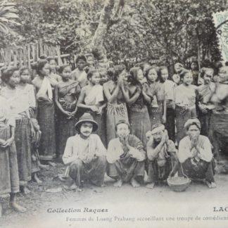 CPA - Femmes de Luang Prabang accueillant une troupe de comédiens ambulants, laos
